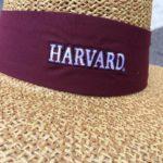 五、哈佛大學導覽員戴的哈佛草帽,顏色與造型皆與一般草帽有很大不同。